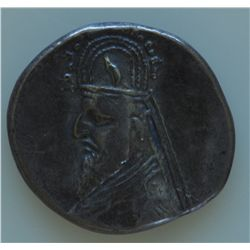 Sinatrukes (77-70 BC) - AR-Drachm  Obv: Cuir. bust l., with pointed beard, wearing tiara with horn a
