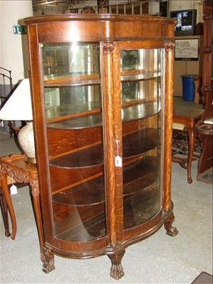 Attirant ... Image 2 : ANTIQUE CURVED GLASS CLAW FOOT CHINA CABINET