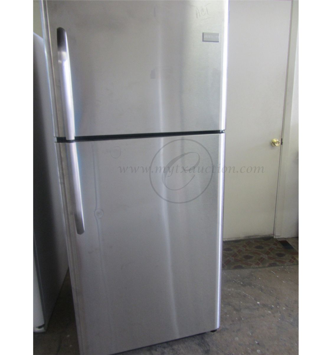 Frigidaire 20 6 Cubic Foot Top Freezer Refrigerator Scratch And Dent See Known Defects For Descripti