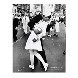 Alfred Eisenstaedt Kissing on VJ Day WWII Poster Print