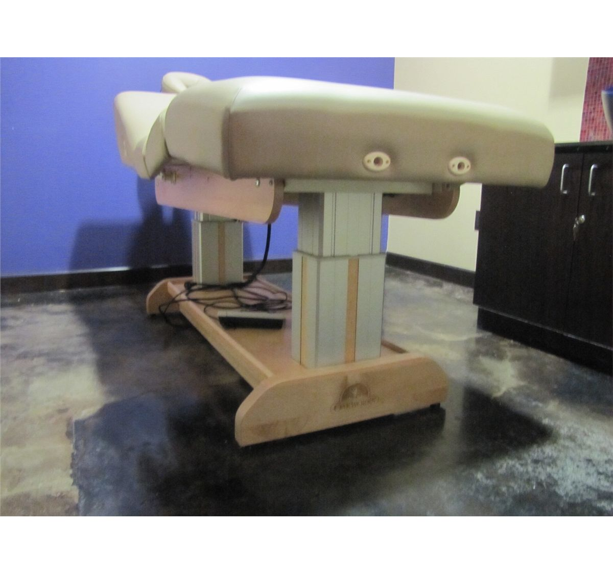 image 2 oakworks hydraulic massage table with pillow fs00