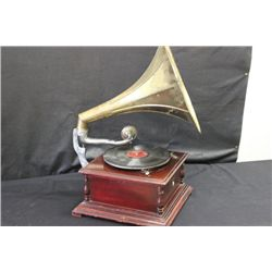 OUTSTANDING GRAMOPHONE MOVABLE BRASS HORN AND ORNATE