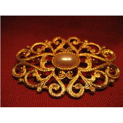 COSTUME JEWELRY GOLD TONE PEARL STYLE BROOCH