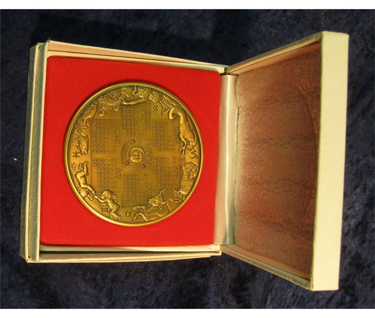 641 1975 Franklin Mint Annual Calendar Art Medal Bronze 77mm In