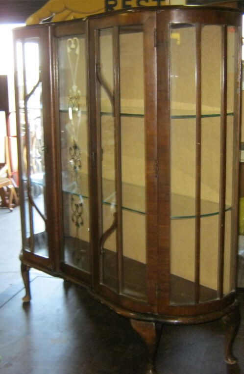 Image 2 : Vintage Curio Cabinet Has 2 Glass Shelves U0026 2 Glass Doors.