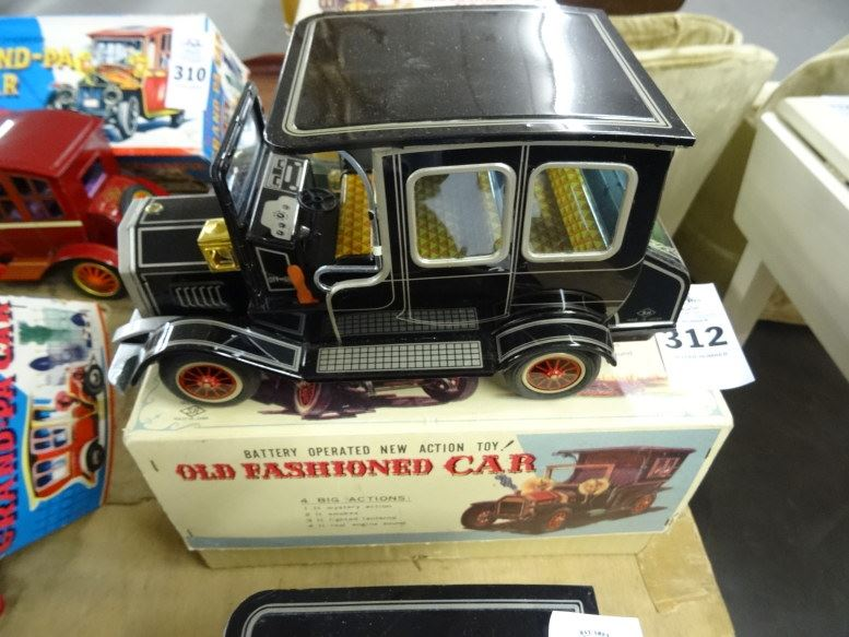 battery operated old fashioned car by horikawa in box. Black Bedroom Furniture Sets. Home Design Ideas