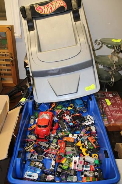 LARGE HOTWHEELS RACECAR STORAGE CONTAINER ON
