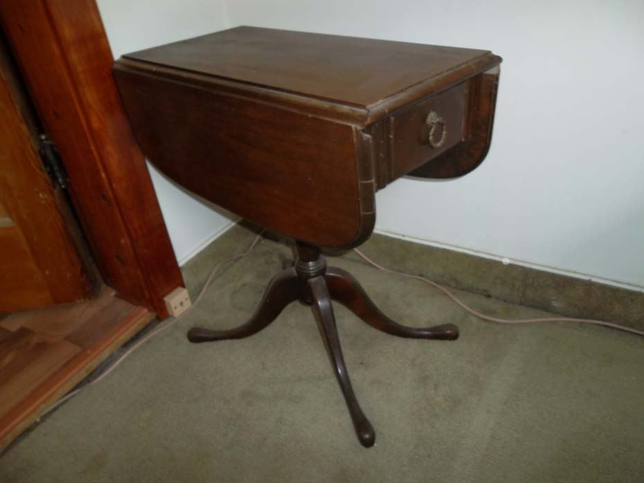 Image 1 : Small Duncan Phyfe Drop Leaf Table