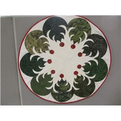 Christmas Tabletopper/Tree Skirt – Pieced and quilted by Dawn Ridgeway .  Dawn can make it into a tr
