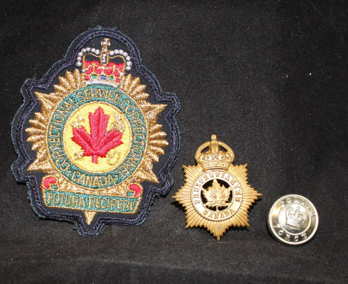 p11 canadian penitentiaries cap badge correction flash police button