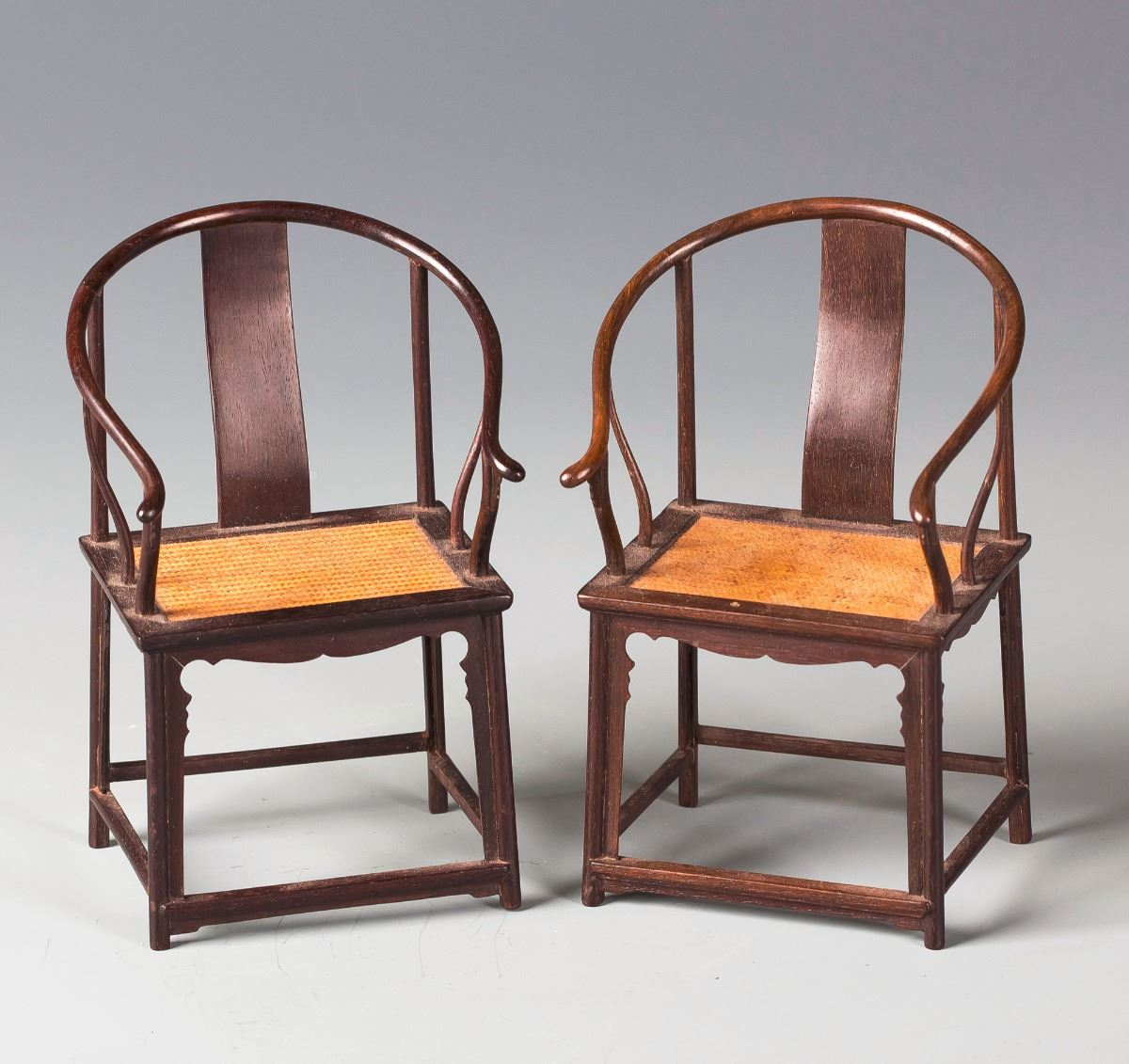 ... Image 4 : A PAIR OF CHINESE ZITAN HORSESHOE BACK CHAIRS