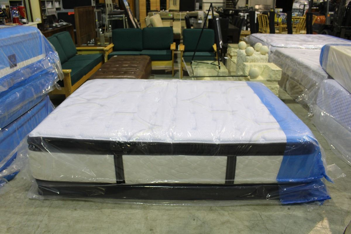 Image 1 : QUEEN SIZE SERTA MASTERPIECE MATTRESS AND BOXSPRING SET