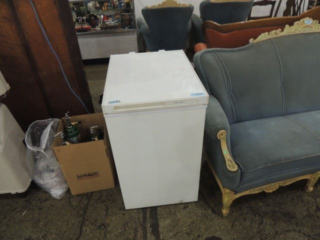 GE SMALL APARTMENT SIZE CHEST FREEZER NICE CLEAN