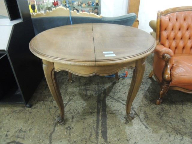 Round oak dining kitchen table queen anne style for Queen anne style kitchen