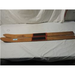ANTIQUE VINTAGE CHILD SNOW DOWNHILL SKIIS LODGE
