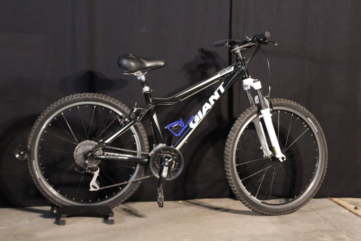 Black And White Giant Rincon 27 Speed Front Suspension Mountain Bike