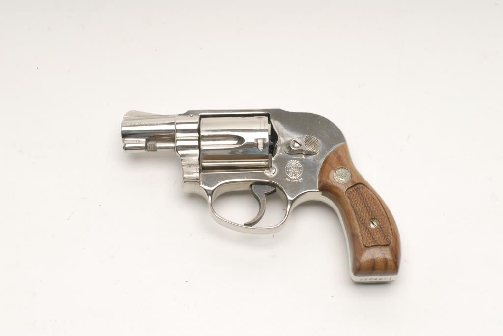 smith wesson model 38 airweight da revolver with shrouded hammer