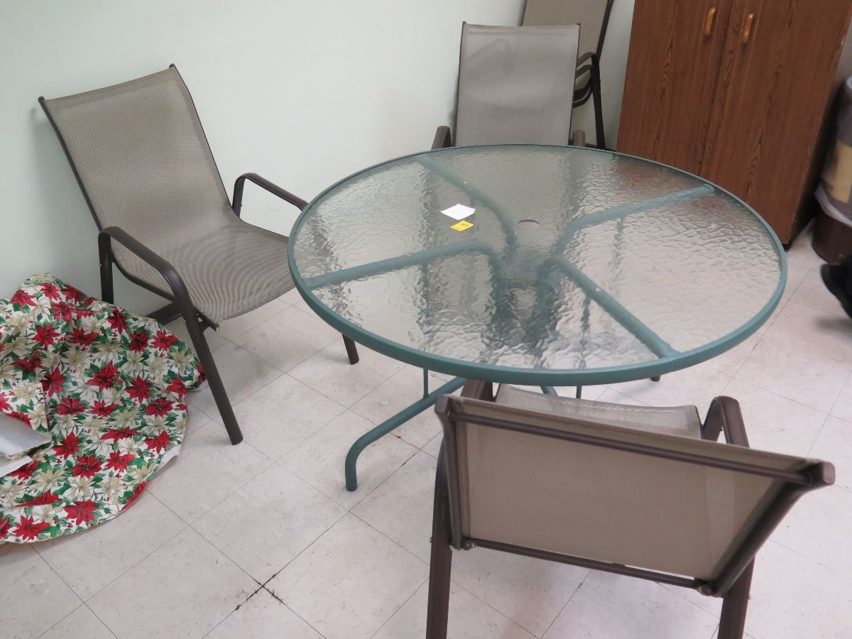 Glass Patio Table w 4 Patio Chairs 4ft diameter Power Coated