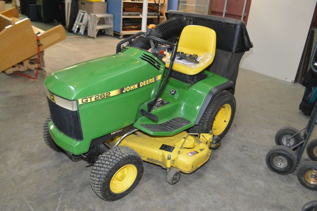 John Deere Gt262 : John deere gt riding mower with quot bed and rear