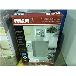 RCA COMPACT REFRIGERATOR - WHITE ( MINOR SCRATCHES & DENTS MAY BE PRESENT)