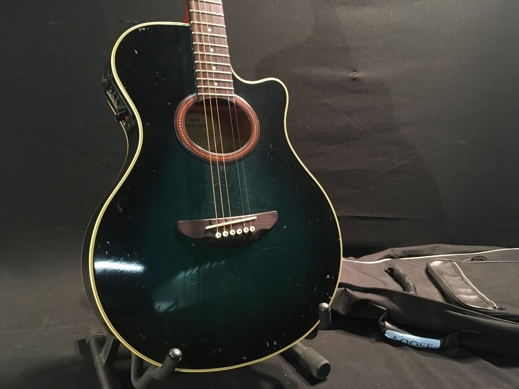 yamaha apx 4a acoustic electric guitar serial number 70321712 comes with soft shell case. Black Bedroom Furniture Sets. Home Design Ideas