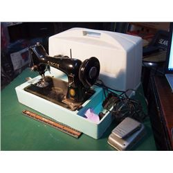 Singer Sewing Machine W/ Carrying Case