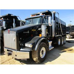 2015 KENWORTH T800 DUMP, VIN/SN:1NKDGGGG70J485142 - TRI-AXLE, GLIDER KIT, 475 HP CAT C15 ENGINE, 8LL