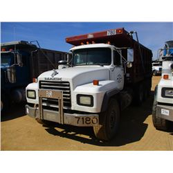 2002 MACK RD688S DUMP, VIN/SN:1M2P324C32M060366 - TRI-AXLE, E7-460 MACK DIESEL ENGINE, ALL TRANS, 44