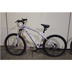 WHITE GT KARAKORAN 16 SPEED FRONT SUSPENSION MOUNTAIN BIKE WITH FULL DISC BRAKES