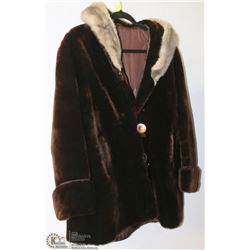 VINTAGE CUSTOMED LINED FUR COLLARED LADY'S COAT
