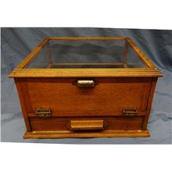 "Showcase w/cash box, oak, table model, 12"" h x 20"" w x 20"" d"