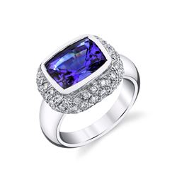 TANZANITE & DIAMOND RING SET IN 18 KARAT WHITE GOLD