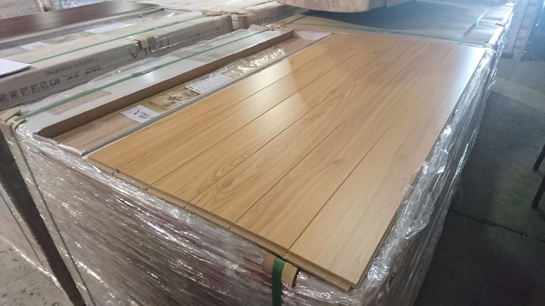 Pallet of mila ancient maple 12mm glueless laminate for Glueless flooring