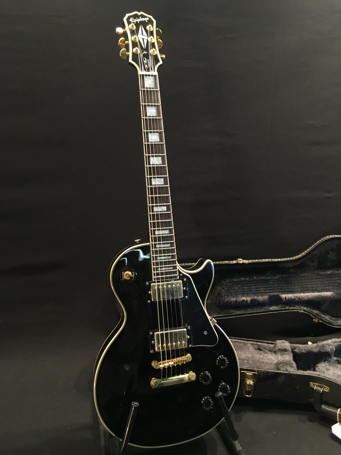 epiphone les paul custom guitar with gold hardware two humbucker pickups three position. Black Bedroom Furniture Sets. Home Design Ideas