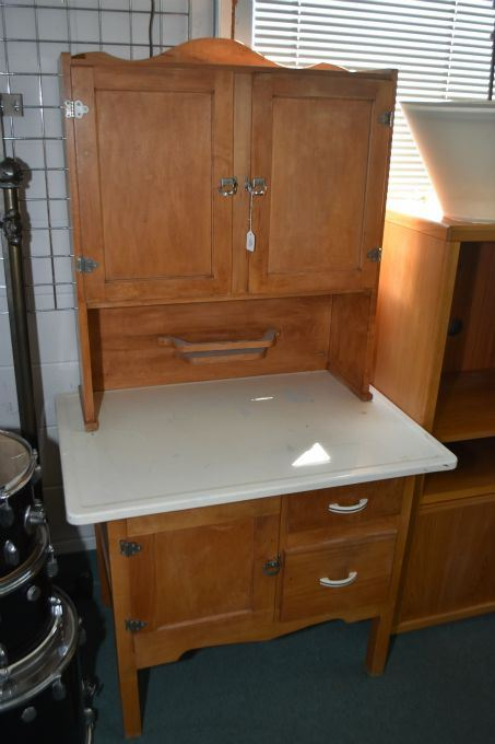 Image 1 : Antique Hoosier style kitchen cabinet with assorted cupboards and drawers and enamelled baking