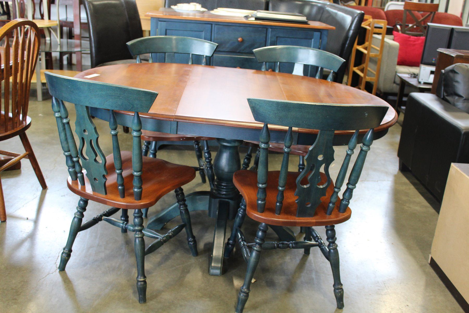 round maple and blue dining table with leaf and four chairs big valley auction. Black Bedroom Furniture Sets. Home Design Ideas