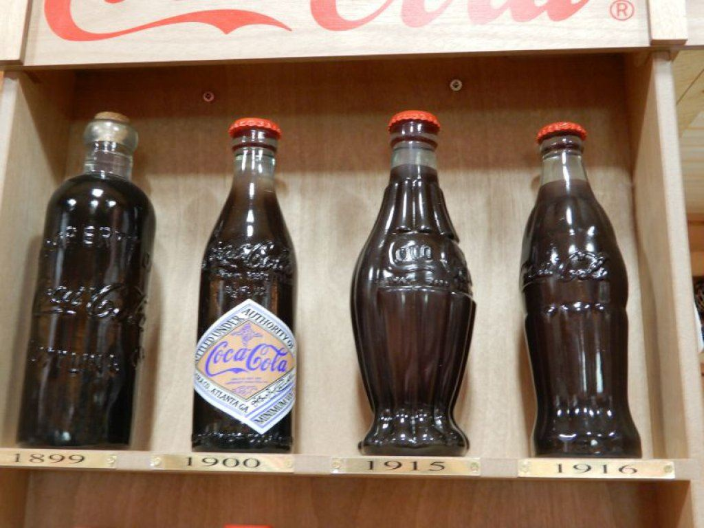 ... Image 2 : COCA  COLA DISPLAY CABINET DISPLAYING BOTTLES FROM 1899  1991    3 ...