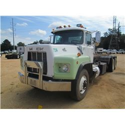 1995 MACK RB690S ROLL OFF TRUCK, VIN/SN:1M2AM20C8SM002651 - TRI-AXLE, MACK DIESEL ENG, 7 SPD MACK TR