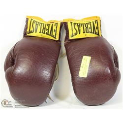 A PAIR OF EVERLAST LEATHER 12 OZ BOXING GLOVES