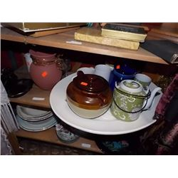 SHELF LOT OF COLLECTABLE & HOUSE HOLD - INCLUDING BLUE JUG, MUGS, BEAN POT AND MORE