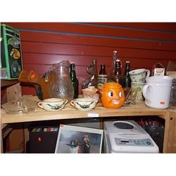 SHELF LOT OF COLLECTABLE & HOUSE HOLD - INCLUDING PUMPKIN MUG, BELLOWS, COLLECTABLE BOTTLES AND MROE