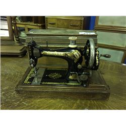 EARLY 1900'S SINGER HAND CRANKED SEWING  MACHINE WITH WOODEN CARRYING CASE