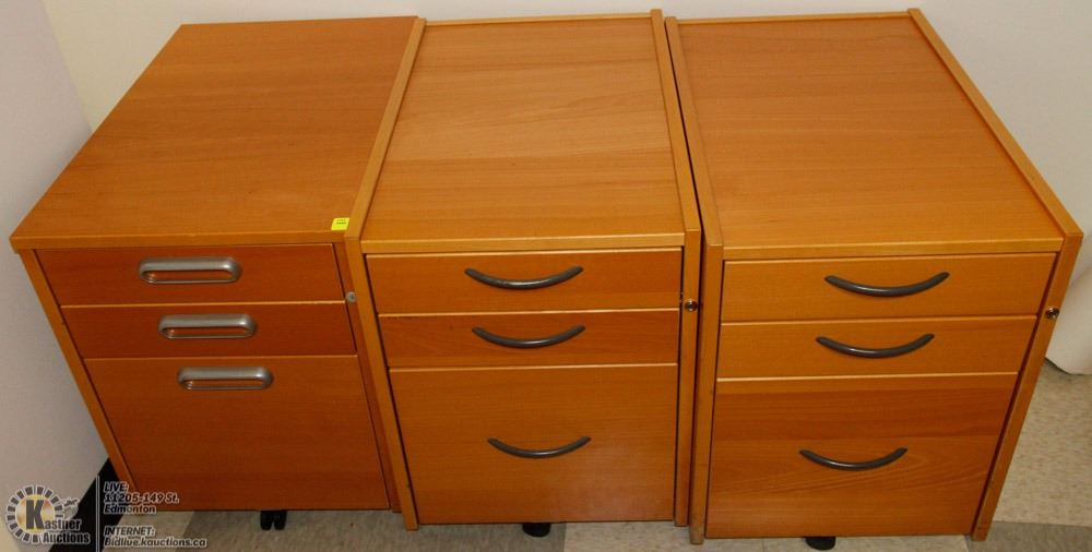 Art set of drawers on casters