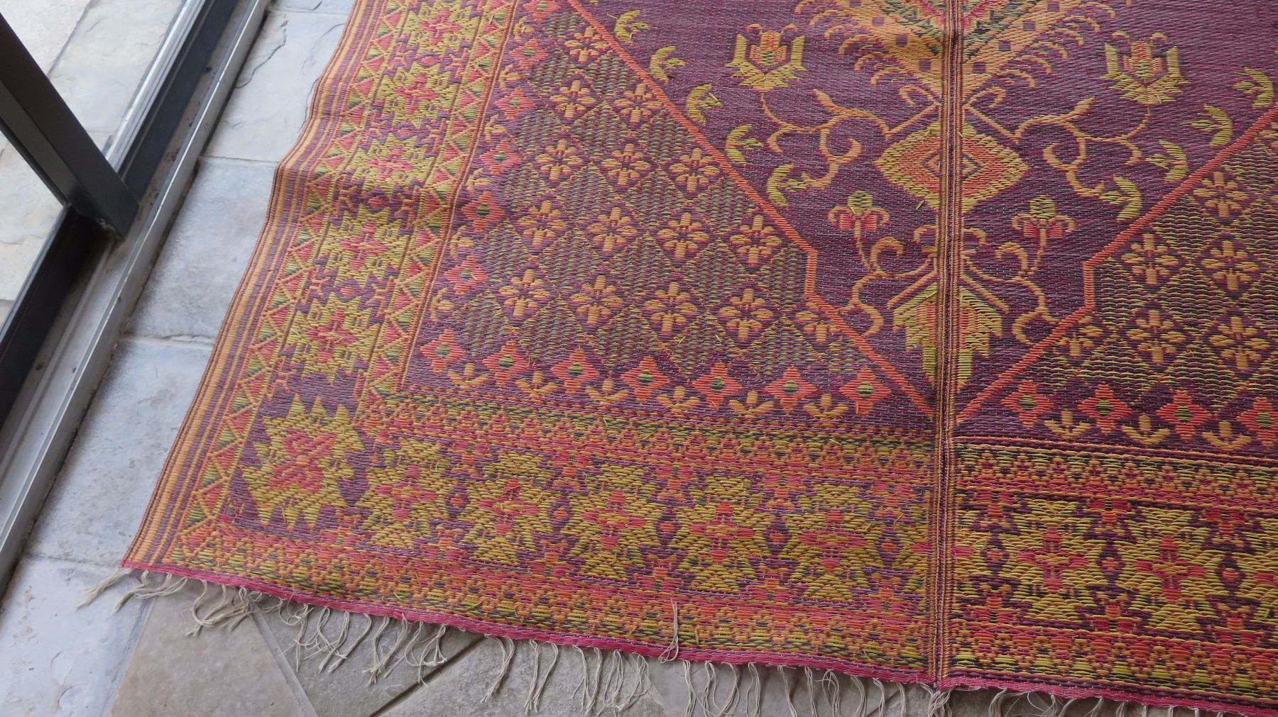 qty 5 large woven plastic outdoor oriental rugs burgundy yellow oahu auctions. Black Bedroom Furniture Sets. Home Design Ideas