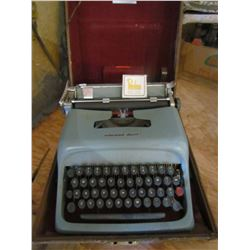 Underwood Olivetti Typerwriter with Carbon Ribbon + case