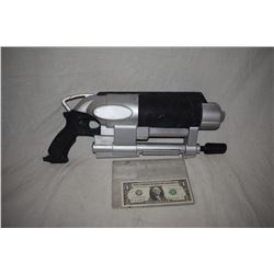 ZZ-CLEARANCE DISNEY SCREEN USED ALIEN BLASTER RAY GUN 03