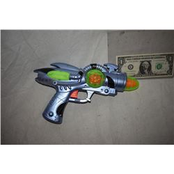 ZZ-CLEARANCE DISNEY SCREEN USED ALIEN BLASTER RAY GUN 09