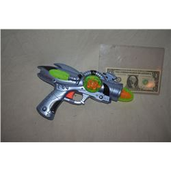 ZZ-CLEARANCE DISNEY SCREEN USED ALIEN BLASTER RAY GUN 13