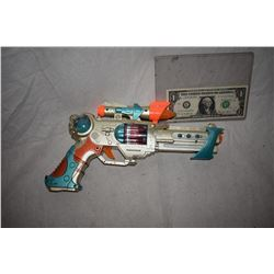 ZZ-CLEARANCE DISNEY SCREEN USED ALIEN BLASTER RAY GUN 04