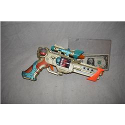 ZZ-CLEARANCE DISNEY SCREEN USED ALIEN BLASTER RAY GUN 07